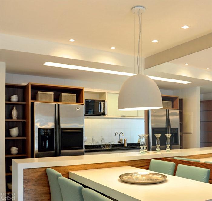 cuisine blanche mur beige plafond bleu